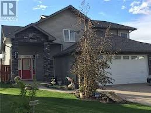 Large family home in great location! - Drumheller - Hus