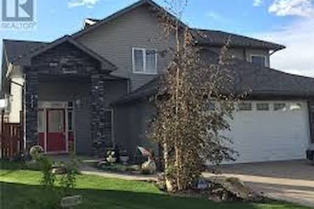 Large family home in great location! - Drumheller - Haus