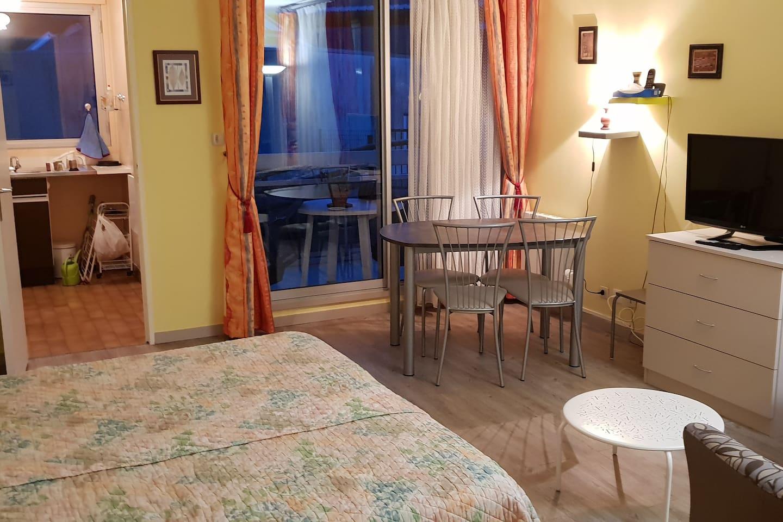 Pièce principale (côté salle à manger) + balcon et cuisine