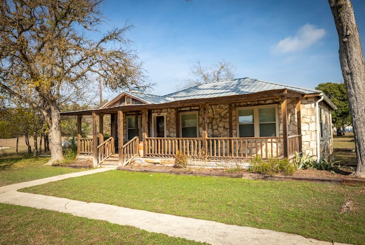 Shepherd's Rest - Hot Tub, 1+ Acre Close to Downtown and the Blanco River!