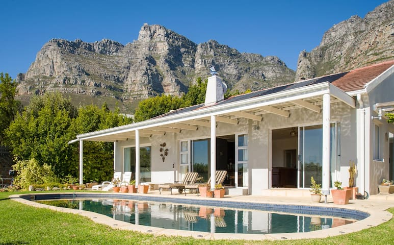 Renovated Camps Bay bungalow Pool & Mountain view