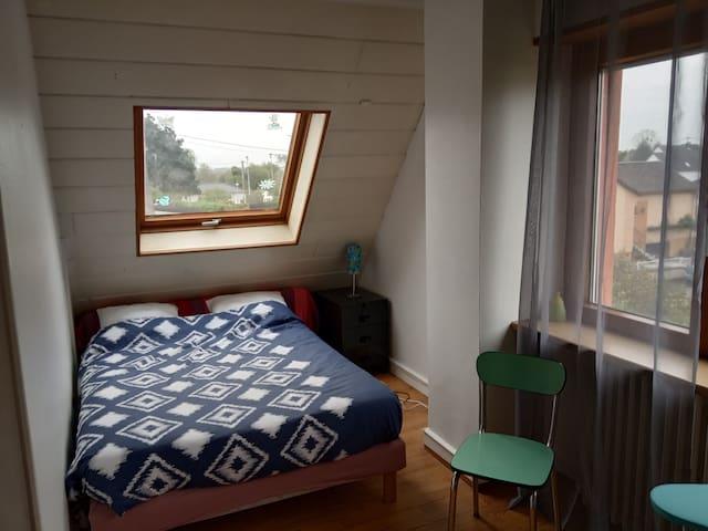 La chambre 3 avec son velux  et donnant sur le jardin avec son lit 140 x 190