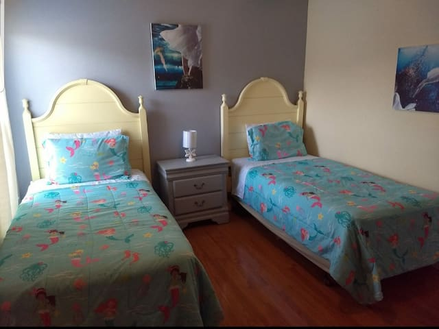 Shared room - women only - Very Close to Disney