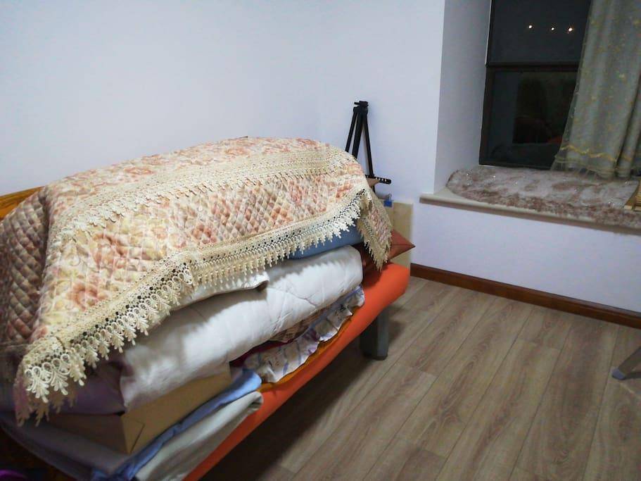 房间,是个沙发床,平时是折叠起来的~有床头柜还有飘窗