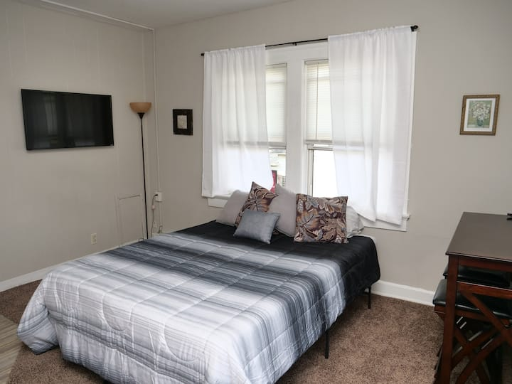 Corner Studio Apt -10 min from Downtown - Smart TV