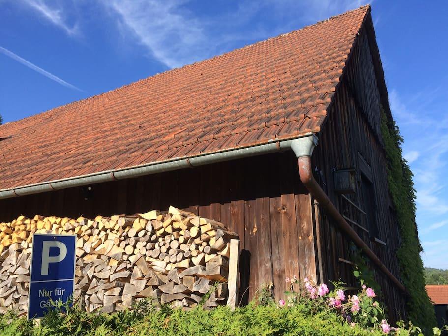 Gästeparkplatz an der alten Scheune