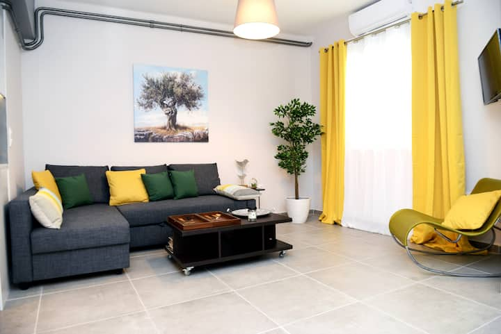 Olive Tree Deluxe Apt under Acropolis
