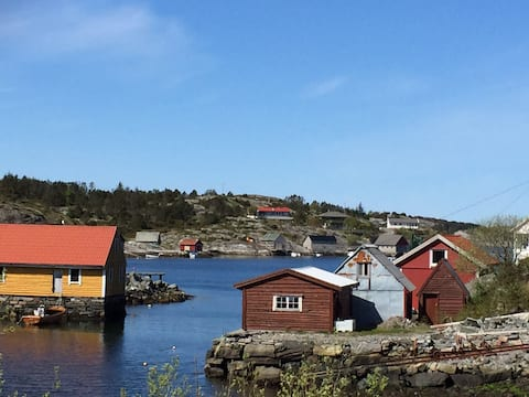 Cabin by the sea, 40 minutes drive from Bergen.