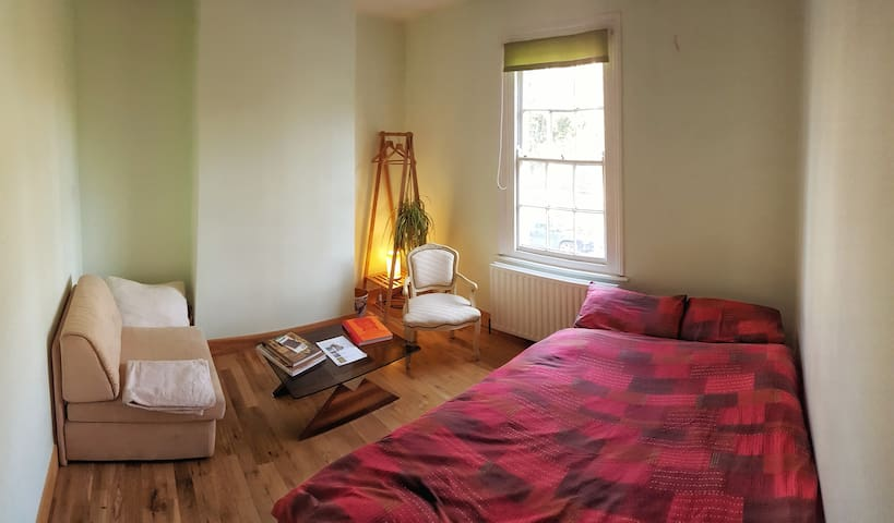 Peaceful room by the park on fast Tube line - London - Apartemen