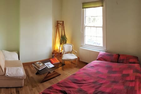 Peaceful room by the park on fast Tube line - Londres - Apartamento