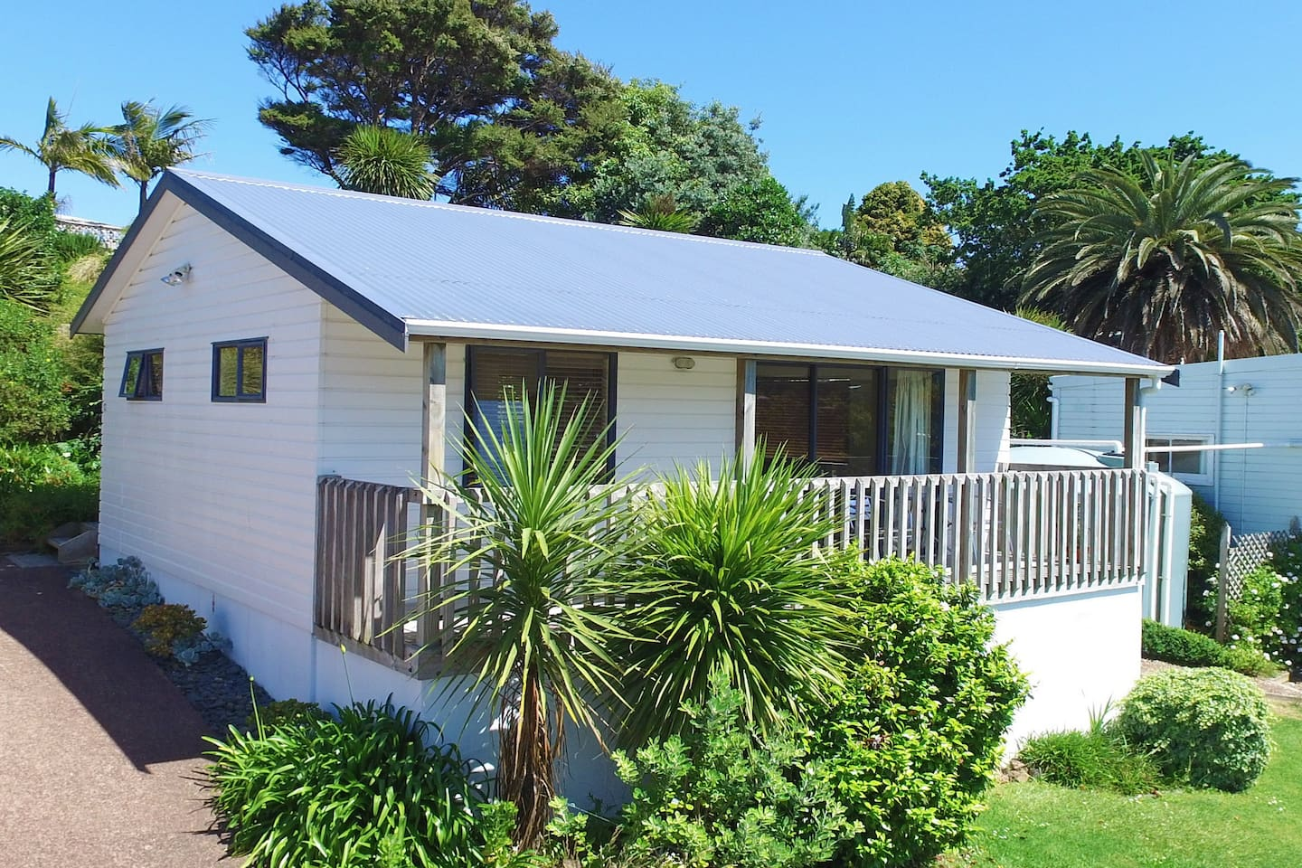 Sunny self-contained cottage, with kitchenette and own bathroom.