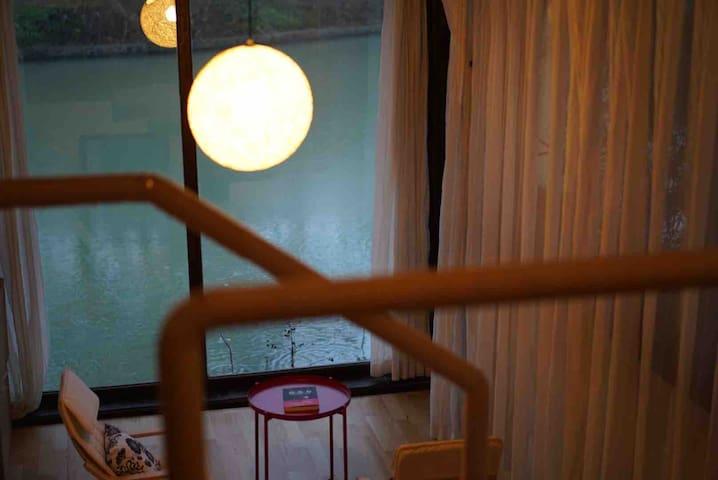 扬州瘦西湖畔,湖景大床房,落地窗,电钢琴,风景绝佳,含早餐