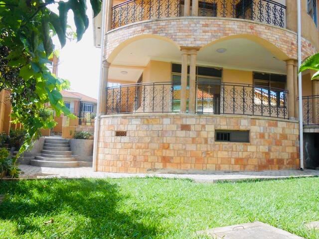 5 bedroom villa with Lake view, sleeps 10.