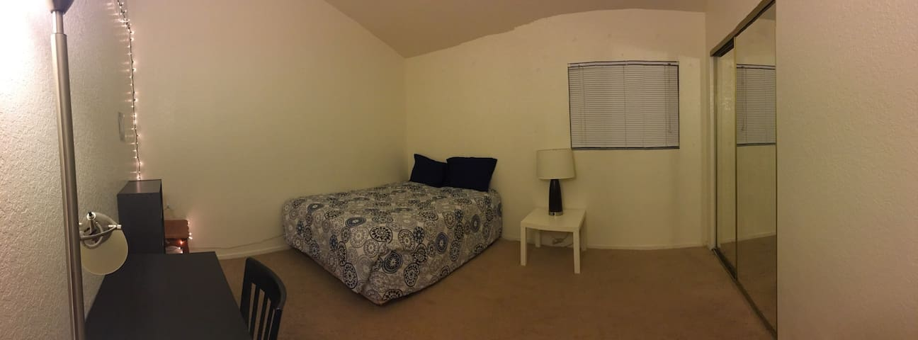 Cozy room near rose parade route! (Suite 3)