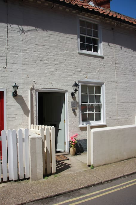 A peaceful seaside cottage - A stones throw from the beach
