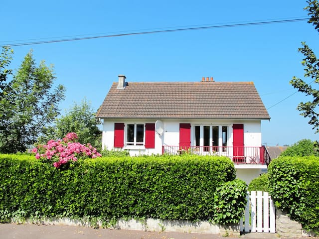 Cozy holiday apartment 600m from the sandy beach and 800 m from the center of Ver-sur-Mer