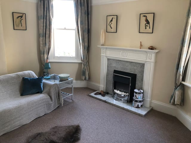 1 bed Georgian style flat with parking, near town