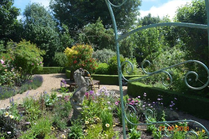The Knoll Cottage Garden B & B Bedroom 4