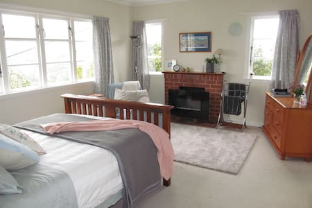 Near ferry/city-private/sunny flat with own entry