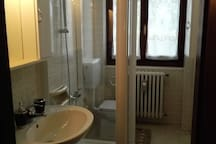 Bagno con doccia/Bathroom with shower