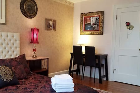 Boston stay with boutique B&B - Venice Room
