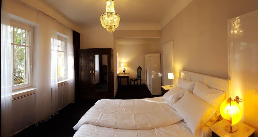 Großzügiges Zimmer mit Balkon in ruhiger Lage