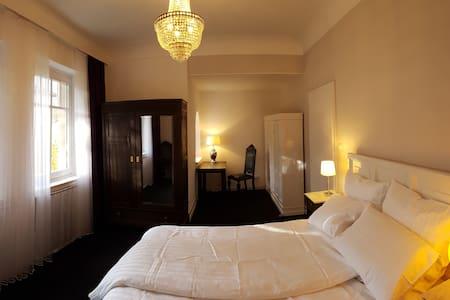 Großzügiges Zimmer mit Balkon in ruhiger Lage - Pforzheim - Huvila