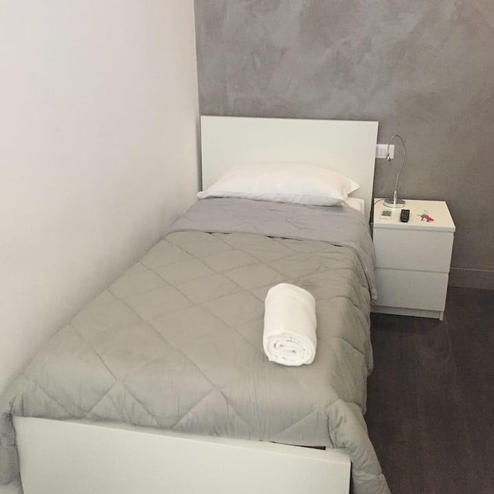 Stanza Singola con Wifi e Bagno Privato - TERMINI