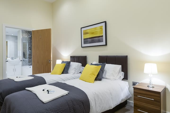 Grand Springs, 2 bed Stone's Throw To Station