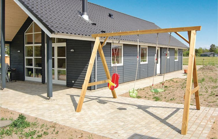 Holiday cottage with 3 bedrooms on 102m² in Hovborg
