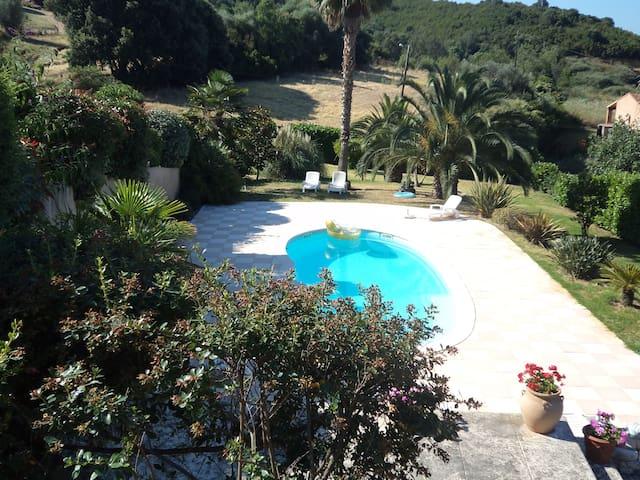 T 3  rez-de-jardin en villa avec piscine vue mer