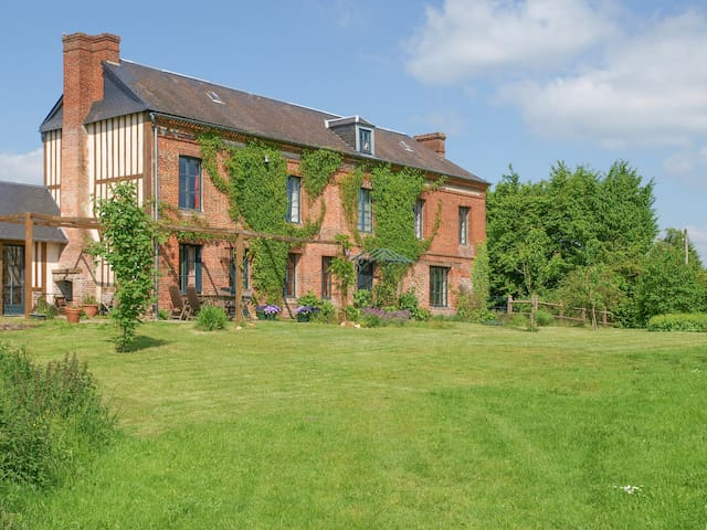 Comfortably renovated farmhouse - spacious garden.