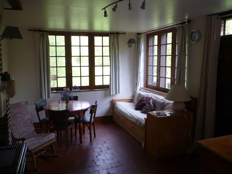 La pièce principale avec vue sur le jardin