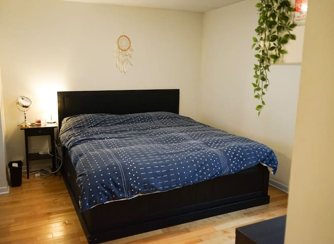 Large Bedroom w/ Private Bathroom - Le Plateau