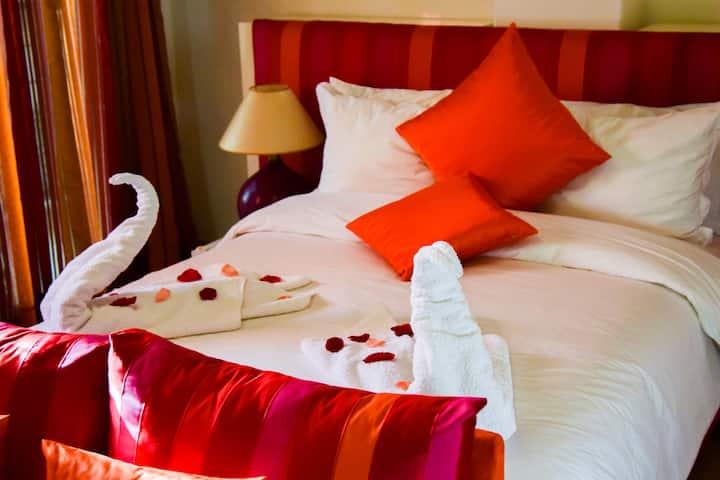 Chambre double avec un grand lit