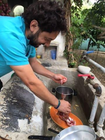 Gianluca preparant le poisson du jour.