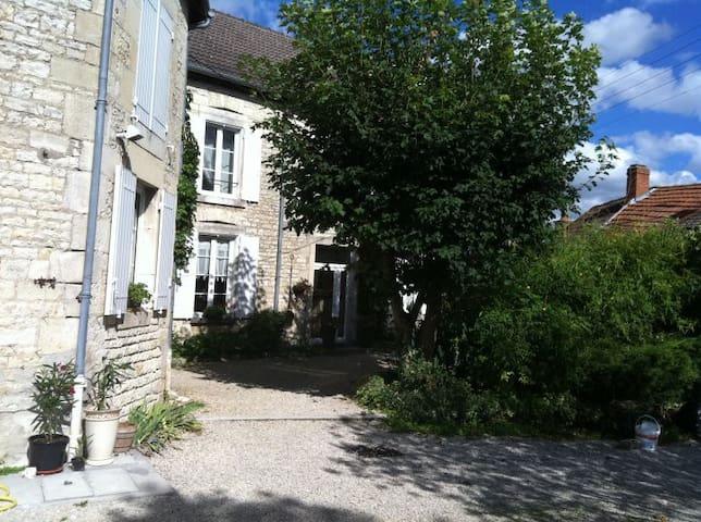 Chambre dans maison de caractère - Laferté-sur-Aube - Hus