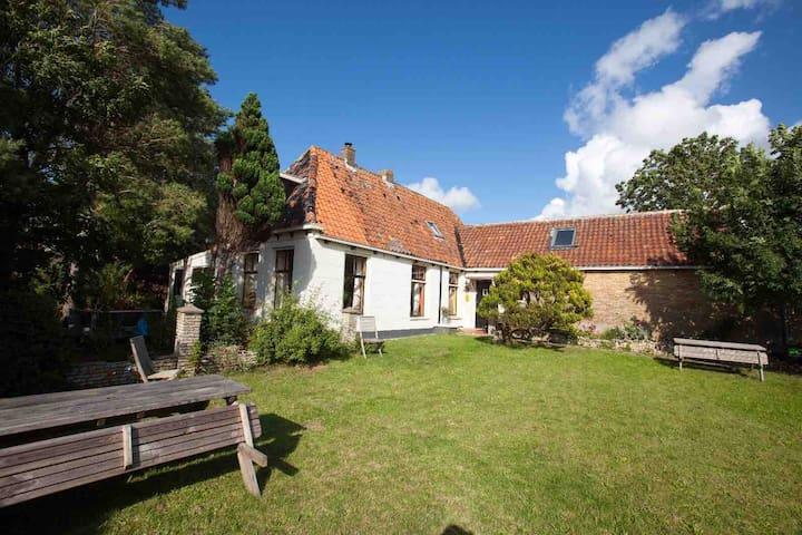 Weekendje weg op Friese hoeve met zonnige tuin