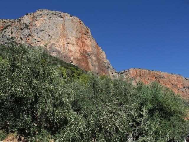 Léonidio, au pied de la falaise rouge