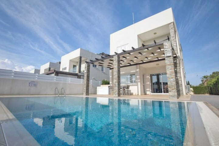 ANEMONI 10 - 4 BED WITH POOL CENTRAL PROTARAS
