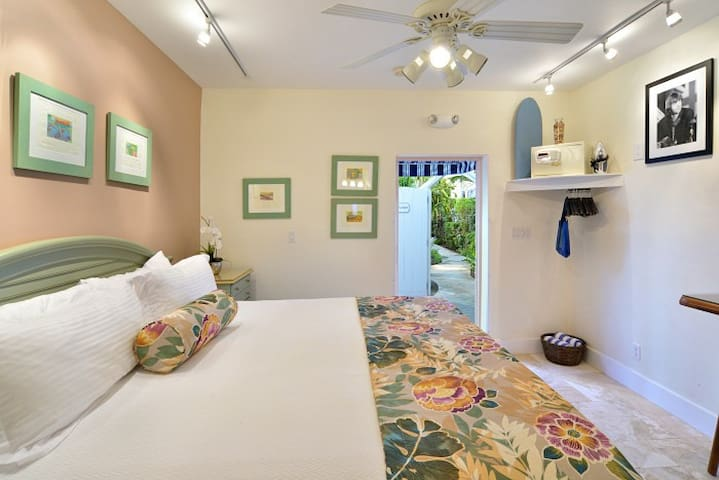 Starr's Suite - Steps from Duval with Private spa! - Key West - Apartamento