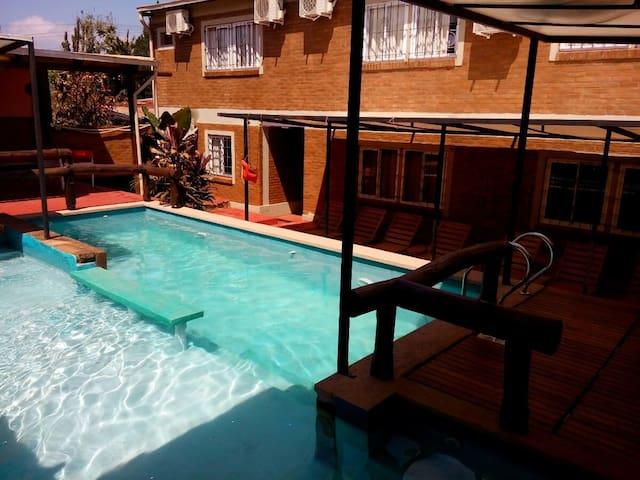 Monoambiente con cocina completa  y  piscina