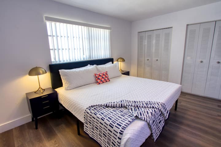 Chic Renovated One Bedroom w/Free Parking & Pool Sleeps (4) - PA