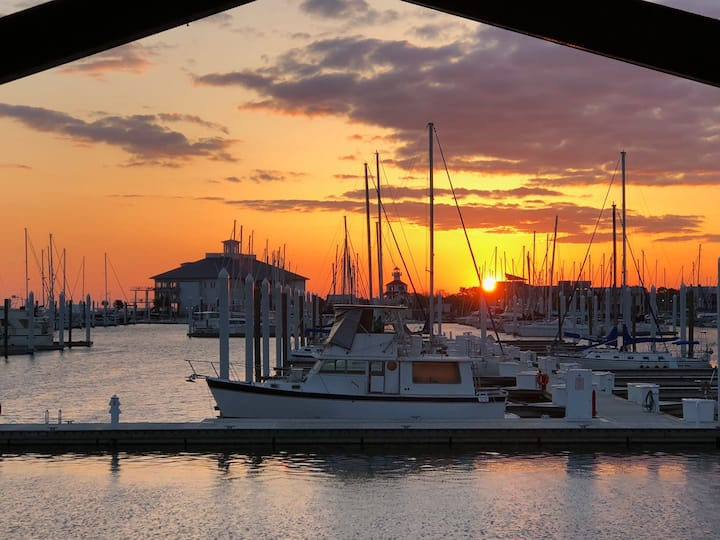 MARINA HOUSE ON WATER- SUNSET VIEWS, BOATSLIP