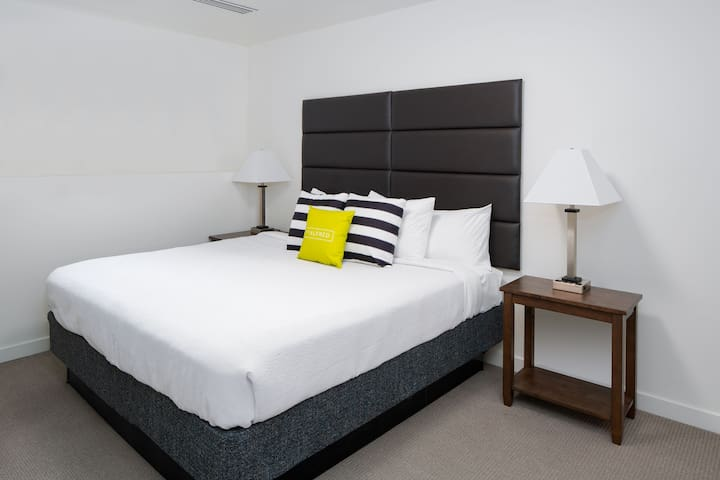 Quaint Two Bed at SkyHouse Uptown