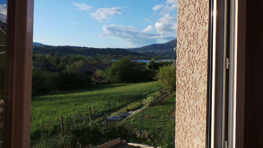 Escale paisible et de verdure à proximité du lac