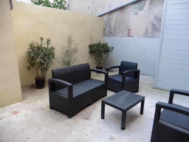 maison de ville traditionnelle avec patio privé