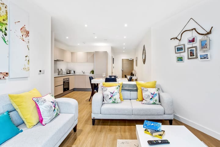 STUNNING 2 BED/2 BATH IN TOWN CENTRE & PARKING!