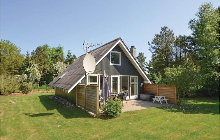 Holiday cottage with 3 bedrooms on 80m² in Roslev