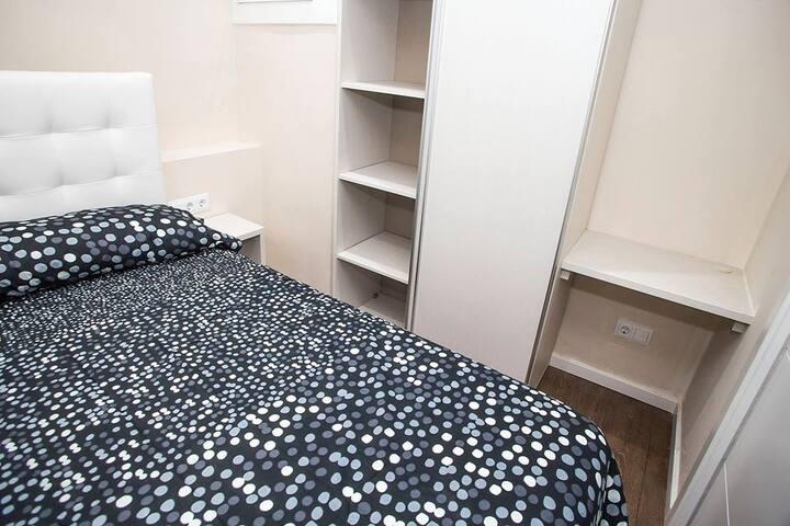 Habitación con cama doble en piso de diseño